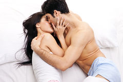 夫妇拥抱爱的年轻人 免版税库存图片