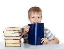 男孩读书 免版税库存图片