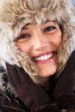 有美好的微笑的愉快的妇女在冬天 免版税库存图片