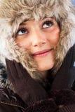 有裘皮帽的俏丽的妇女 免版税库存照片