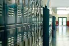 衣物柜学校 免版税图库摄影