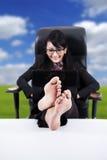 ноги дела ставят на обсуждение вверх по женщине Стоковые Изображения