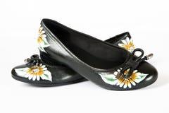 被打印的花穿上鞋子妇女 免版税库存图片
