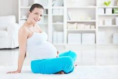 Έγκυος νέα γυναίκα Στοκ Φωτογραφίες