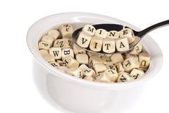 字母表富有的汤维生素 免版税图库摄影
