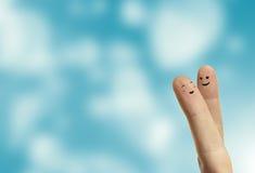 耦合愉快的手指面带笑容拥抱充满爱的 免版税库存照片