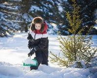 男孩清洗雪 免版税库存图片