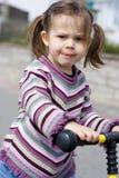 Κορίτσι στο μηχανικό δίκυκλό της Στοκ Εικόνα