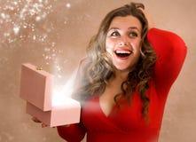 Κορίτσι με το δώρο Στοκ φωτογραφίες με δικαίωμα ελεύθερης χρήσης