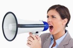 女性企业家叫喊通过扩音机 免版税库存图片