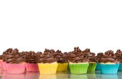 巧克力杯形蛋糕结霜的批次 免版税库存照片