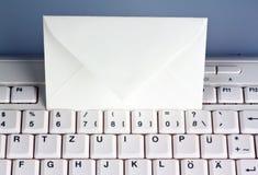 计算机键盘和信包。 电子邮件。 免版税库存图片