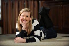 纵向青少年女孩微笑 免版税库存照片