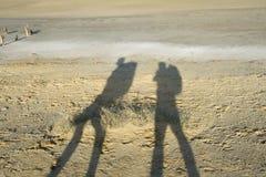 二个旅行家的影子 库存照片