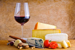 土气快餐用干酪和酒 免版税库存图片