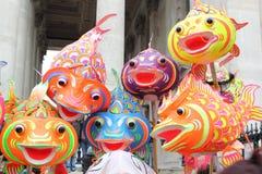 在中国新年度伦敦的纸鱼跳舞 图库摄影