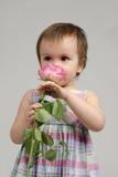 嗅到可爱的女婴桃红色起来了 免版税库存照片