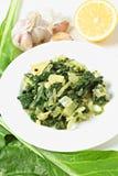 与大蒜和柠檬垂直的瑞士牛皮菜 库存图片