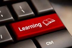 Принципиальная схема обучения по Интернетуу. Клавиатура компьютера Стоковая Фотография RF