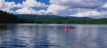 湖的划独木舟的人 库存图片