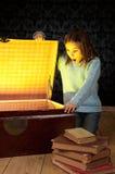 Μικρό κορίτσι που κοιτάζει μέσα σε έναν κορμό Στοκ εικόνα με δικαίωμα ελεύθερης χρήσης