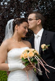 新娘夫妇题头亲吻人婚礼 免版税图库摄影