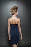 妇女的白肤金发的接近的方式发型 免版税库存图片