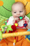 младенец сдерживает счастливую трещотку Стоковое Изображение RF