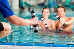 健身在水之下的温泉体育运动 库存照片