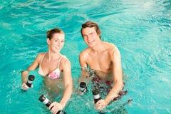 健身体操在水之下的池游泳 免版税库存照片
