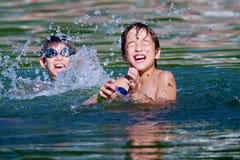 男孩演奏双胞胎水 免版税库存照片