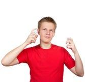 芬芳香水喷洒的少年 免版税库存照片