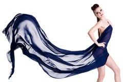 薄绸的典雅的摆在的淫荡妇女 免版税库存照片