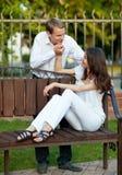美好的夫妇爱浪漫年轻人 免版税库存图片