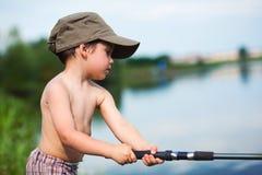 儿童捕鱼 免版税图库摄影