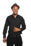 黑帽会议人微笑的佩带的年轻人 免版税库存照片