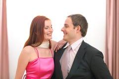 夫妇正式穿戴的纵向微笑 免版税库存图片