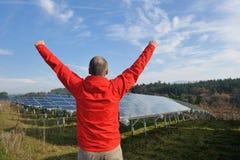 工程师男性面板安排太阳工作 图库摄影
