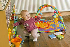 站起来的婴孩 免版税库存图片