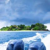 驾驶海岛游艇 图库摄影