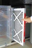 το φίλτρο αέρα αντικαθιστά Στοκ εικόνα με δικαίωμα ελεύθερης χρήσης
