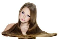 平稳长期美丽的女孩的头发 免版税图库摄影