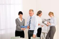 сбывания просмотрения отчетах о людей деловой встречи Стоковые Изображения RF