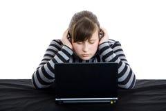 女孩膝上型计算机少年工作 库存照片