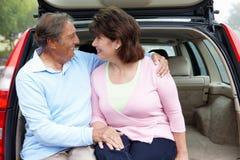 户外高级西班牙夫妇与汽车 免版税库存图片