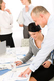 сбывания просмотрения отчетах о людей деловой встречи Стоковая Фотография
