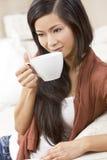 中国亚裔妇女饮用的茶或咖啡 免版税图库摄影