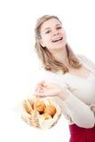 женщина булочек удерживания корзины счастливая Стоковое Фото