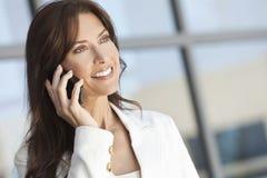 妇女或女实业家联系在移动电话 免版税库存图片