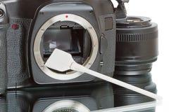 καθαρίζοντας αισθητήρας φωτογραφικών μηχανών Στοκ φωτογραφία με δικαίωμα ελεύθερης χρήσης